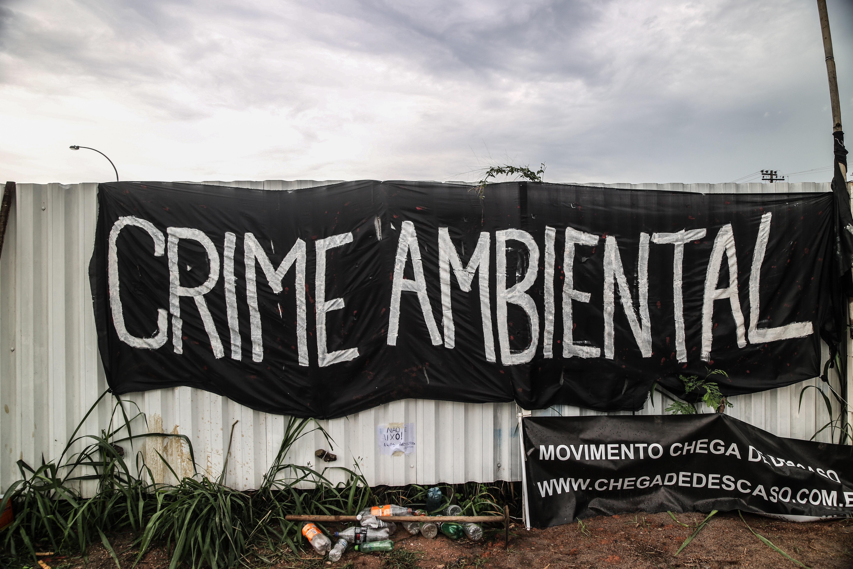 Cartaz do protesto na frente do campo de golfe no Rio de Janeiro.